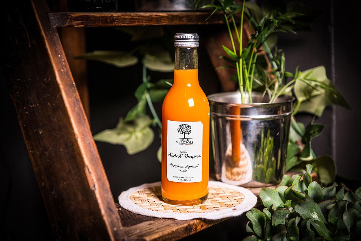 Petite bouteille de nectar d'abricot Emile Vergois